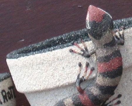 Mazeta de artesan�a con materiales bolcánicos de la isla y el lagarto como s�mbolo.