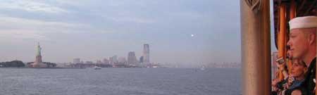 marine mirando la estatua de la libertad, mira lo que veo