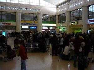 9 enero 2009. Aeropuerto Málaga, centenares de viajeros haciendo cola en la oficina de Iberia por la cancelación de vuelos a Barajas.